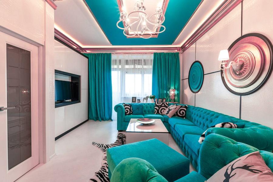 Гостиная с нежно-розовыми стенами в трехкомнатной квартире
