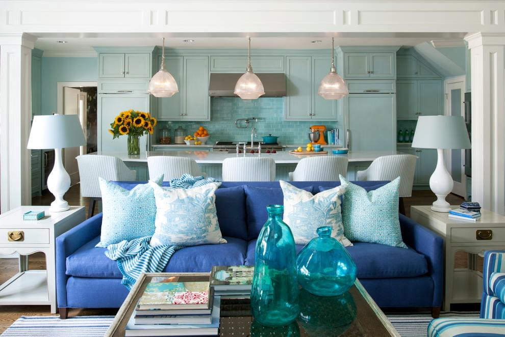 Синий диван в кухне-гостиной с бирюзовым гарнитуром