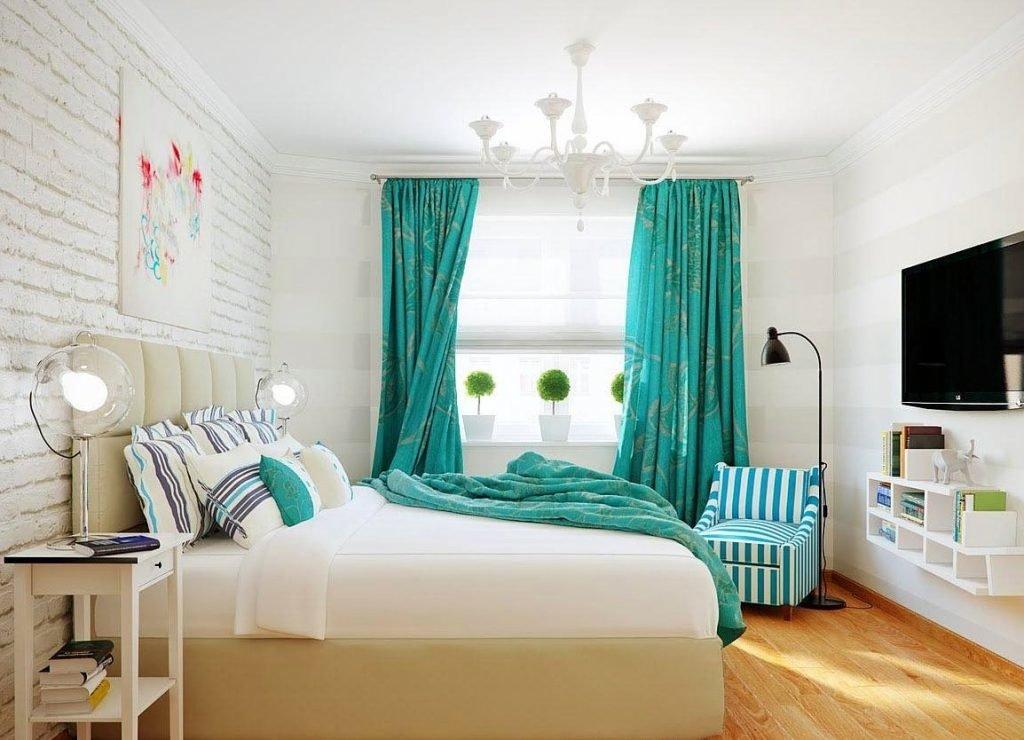 Бирюзовые шторы в белой спальне