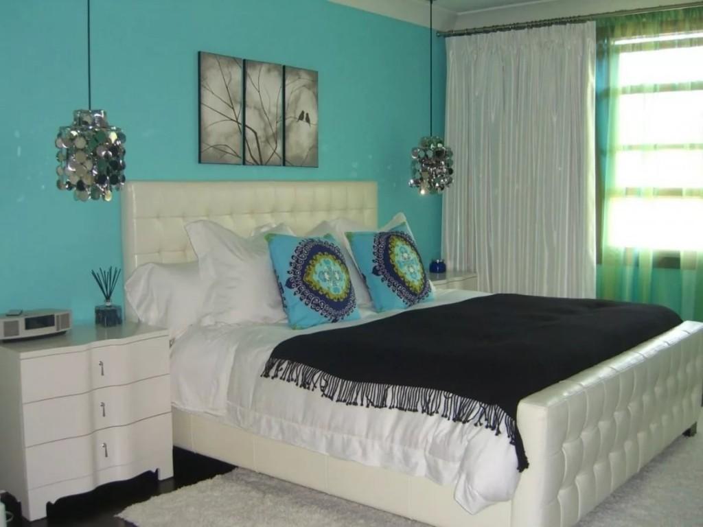 Бирюзовая стена за кроватью с мягкой спинкой