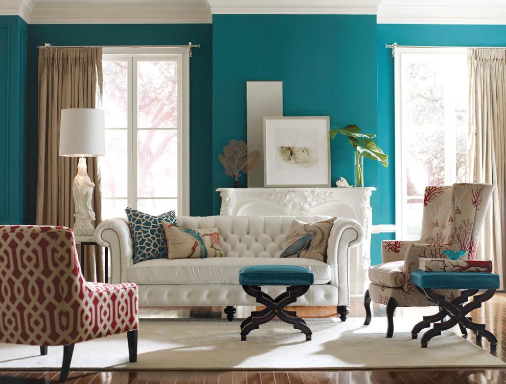 Белый диван в гостиной с бирюзовыми стенами
