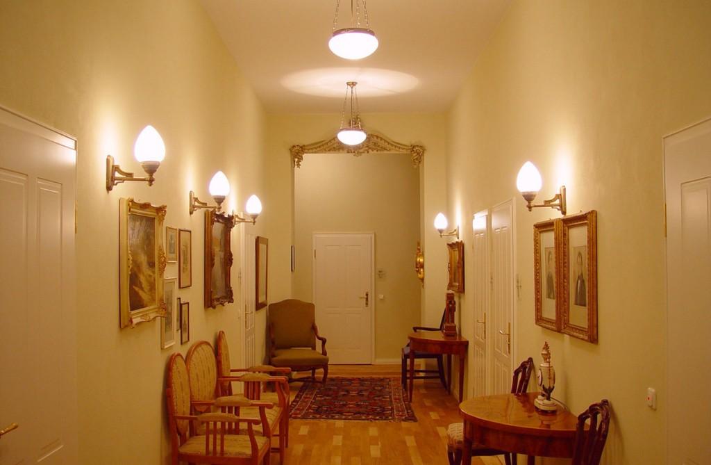 Зонирование коридора настенными светильниками