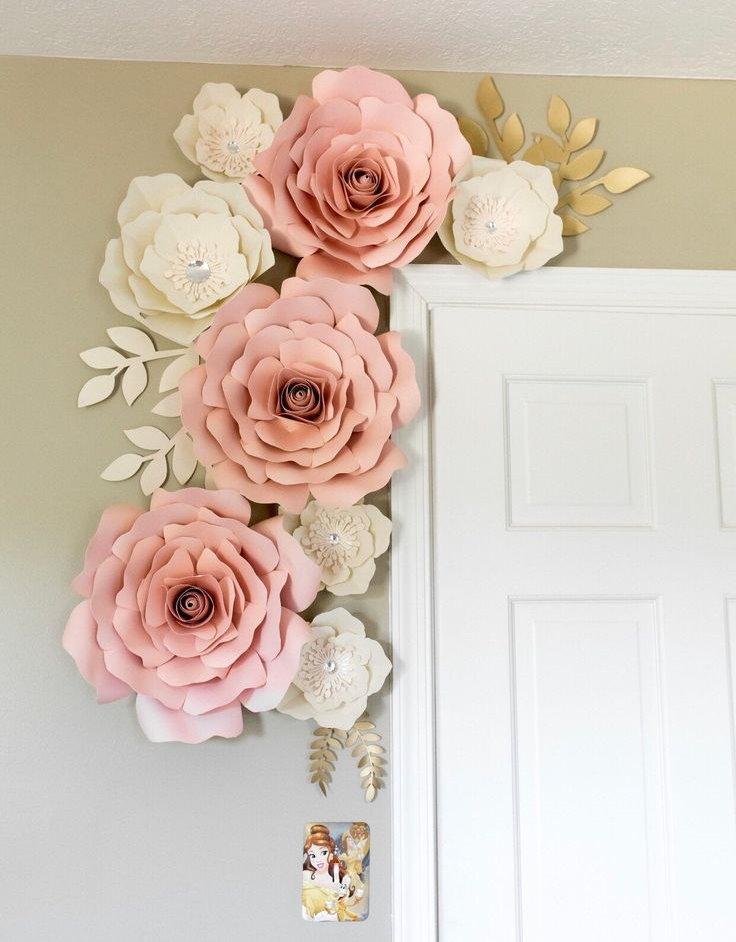 Бумажные розы над дверью в детской комнате