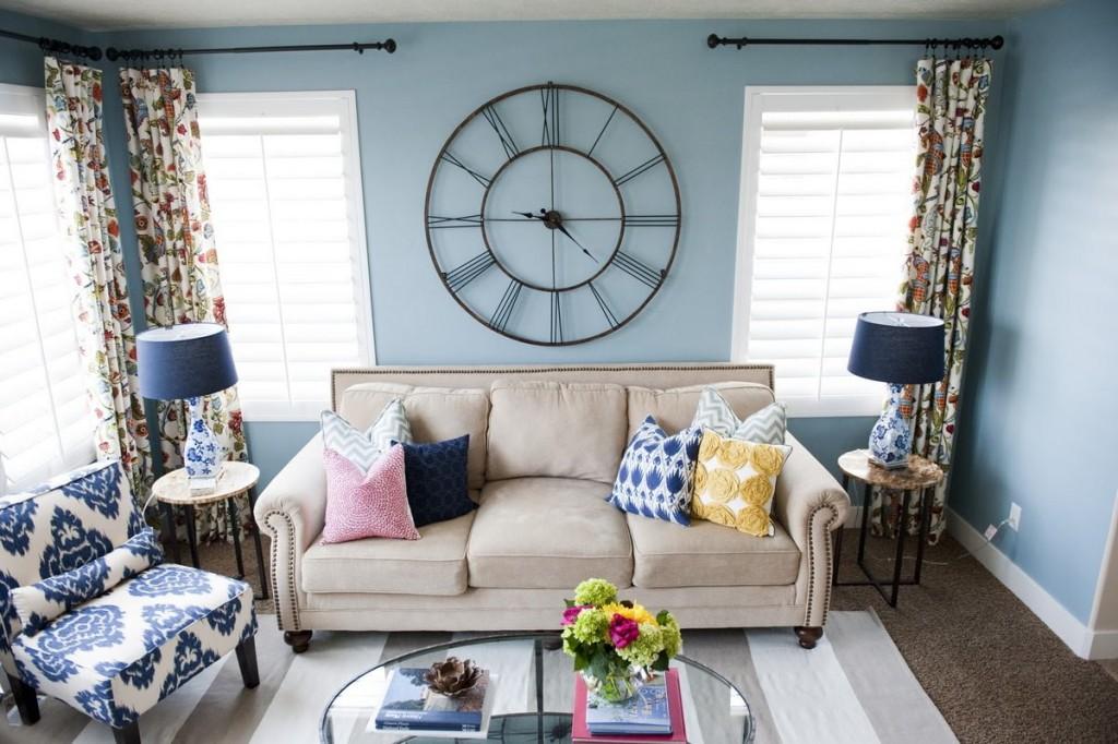 Большие часы на стен голубого цвета