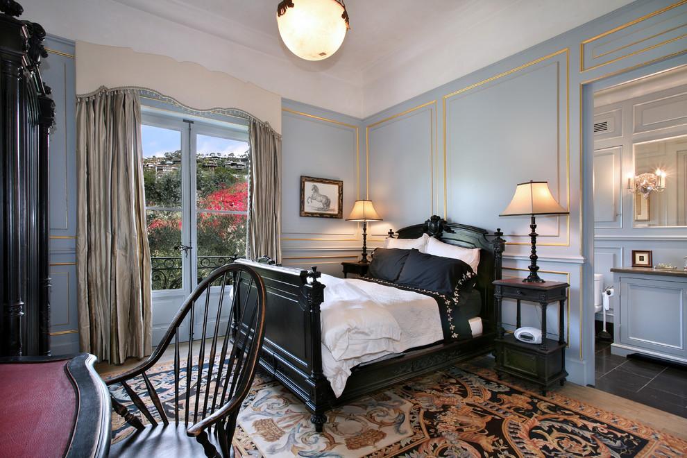 Черная кровать из массива дерева в спальне стиля классика