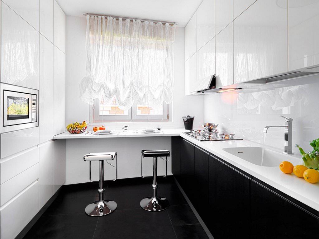 Черный пол на кухне с белой мебелью