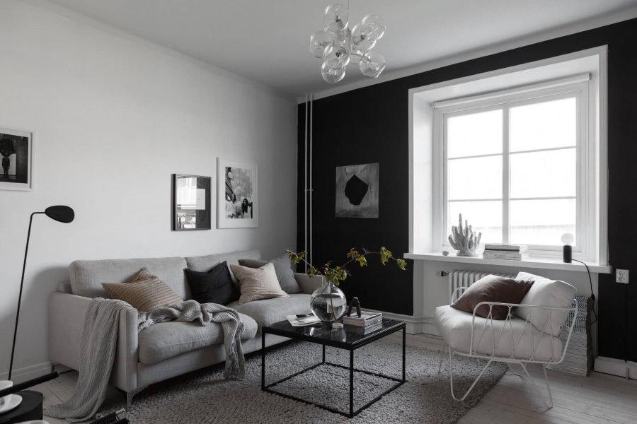 Белая комната с акцентной стеной черного цвета