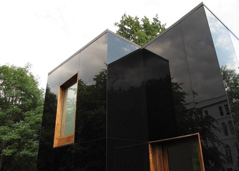 Черные стекло-панели на стене дома оригинального дизайна