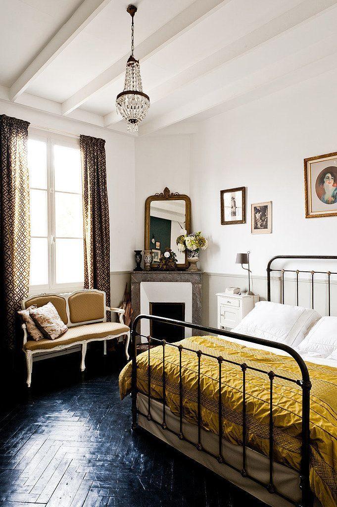 Интерьер спальни с черным паркетом из натурального дерева