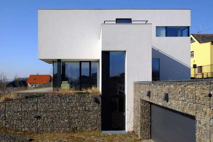 Частный дом в современном стиле с цоколем из габионов