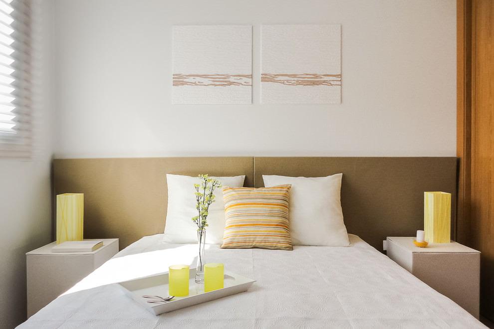 Светлая стена за кроватью в спальной комнате