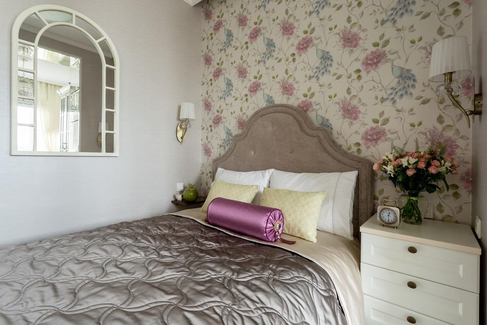 Обои с цветочками в спальне стиля прованс