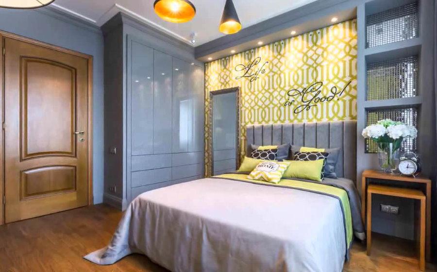 Серая мебель в тон цвета стен спальной комнаты