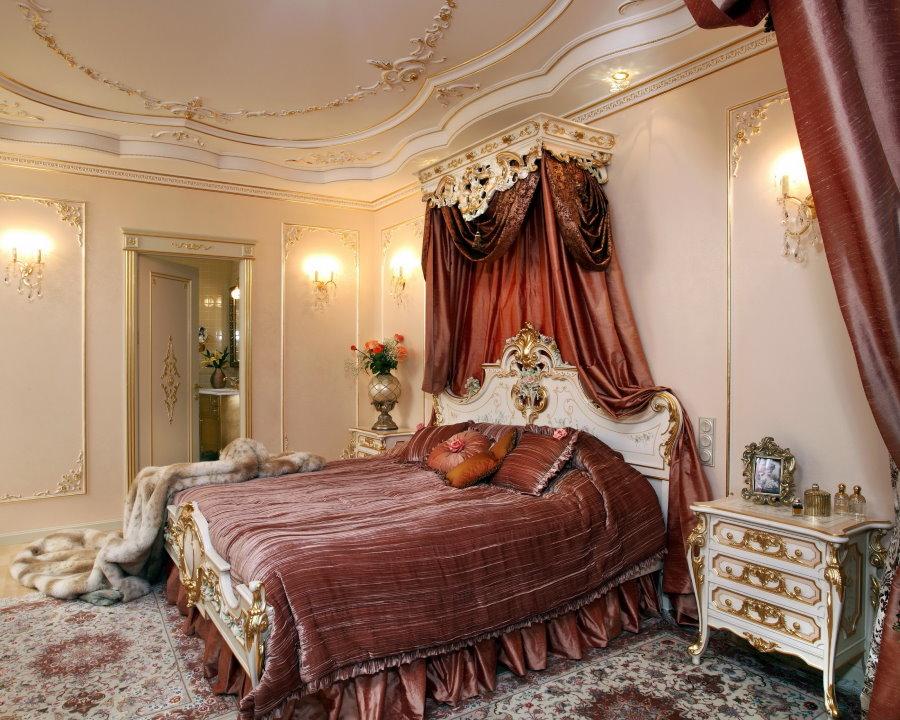 Бардовые акценты в интерьере спальни стиля барокко