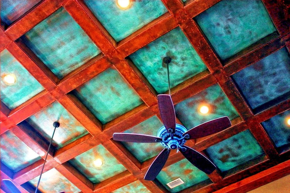 Отделка потолка гостиной в бирюзовых тонах
