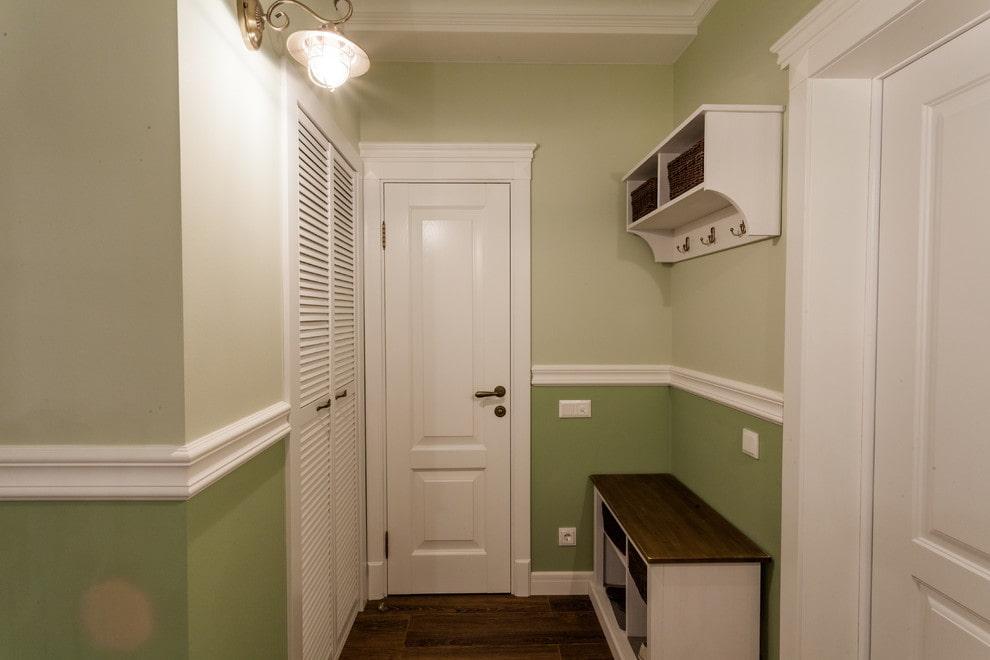 Двухцветная окраска стен в маленькой прихожей