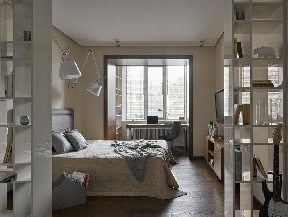 Фото спальной комнаты с рабочим столом на лоджии