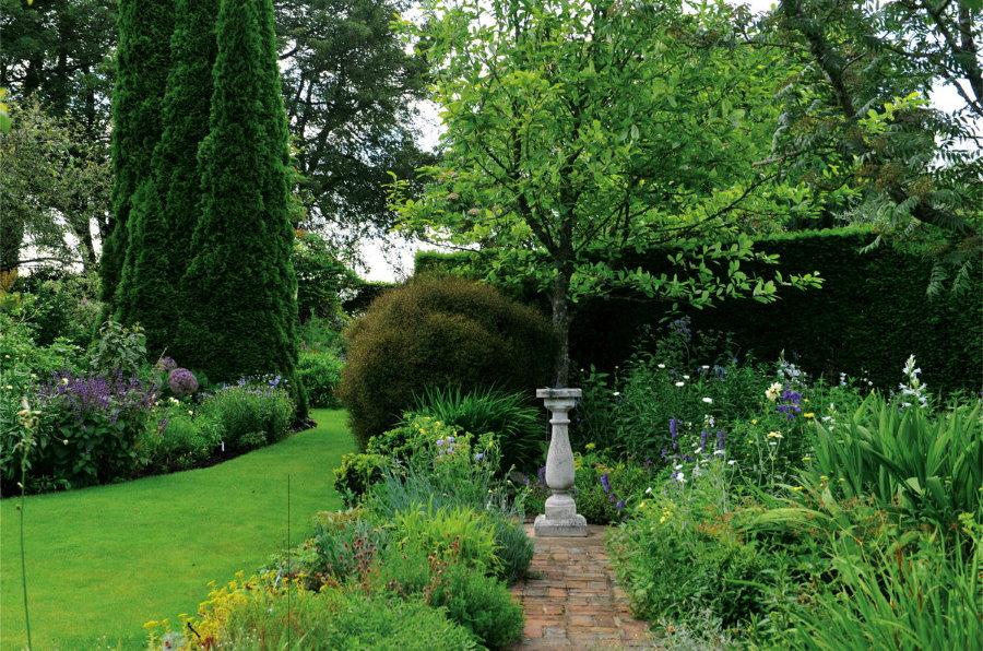 Античный вазон в саду английского стиля
