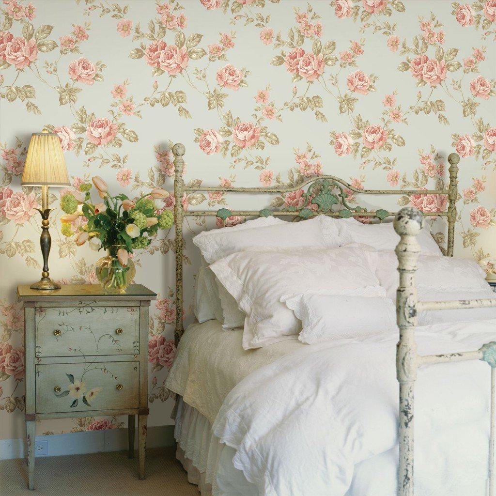 Цветочные обои за металлической кроватью
