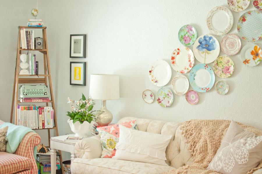 Красивые тарелки над диваном в гостиной стиля прованс