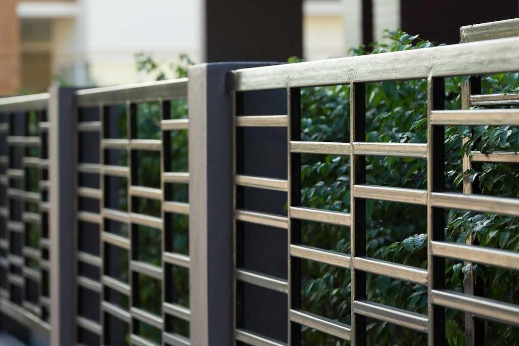 Красивый забор из профильной трубы с тонкими стенками