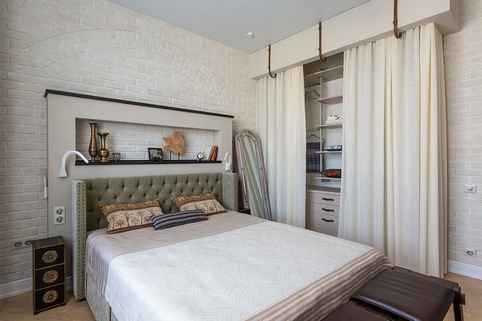 Ниша для декора над спинкой кровати
