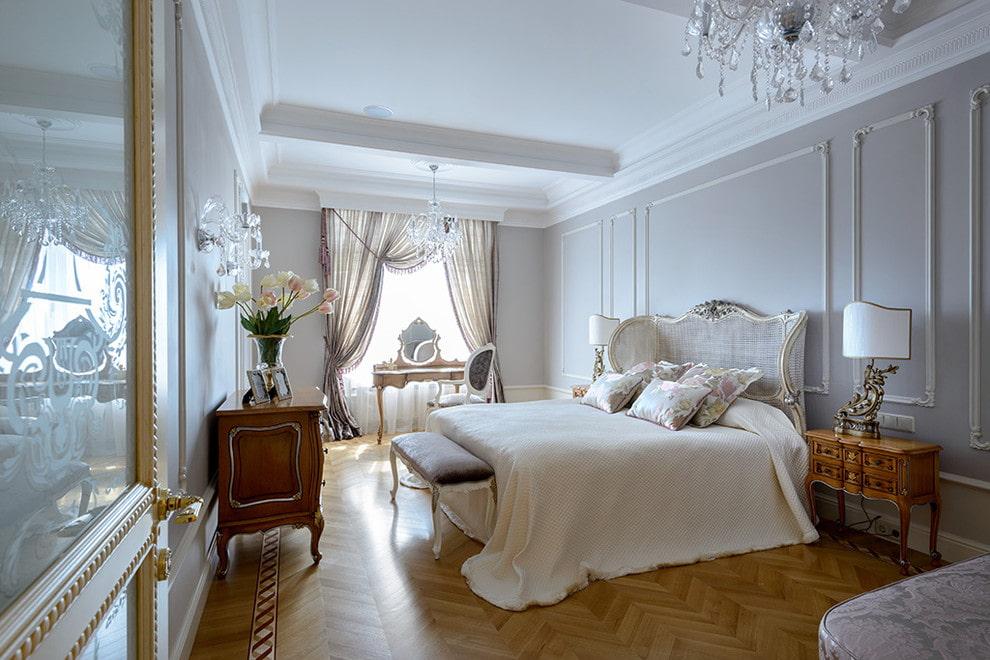 Прямоугольная спальня с паркетным полом