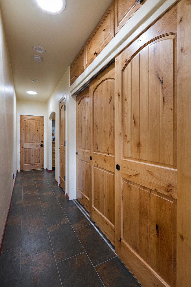 Деревянный шкаф-купе в узком коридоре