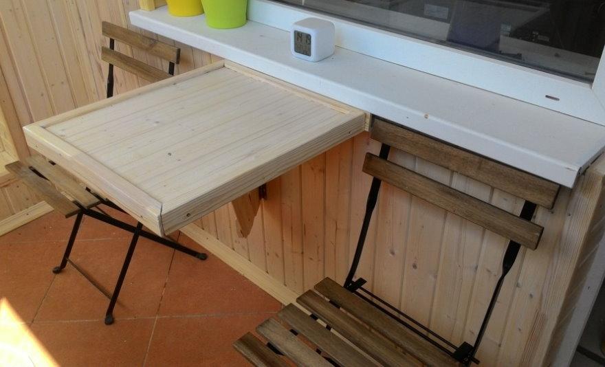 Деревянный откидной столик под пластиковым подоконником