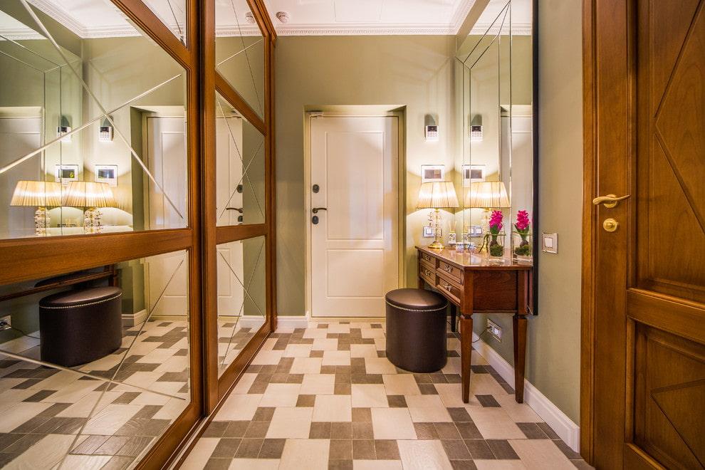 Деревянный шкаф с зеркалами на дверцах