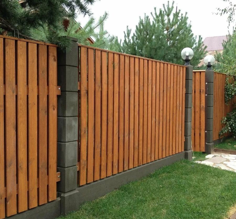 Забор из строганных досок с лакированным покрытием