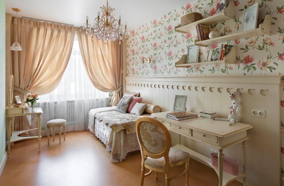 Красивый стол в комнате девочки школьного возраста