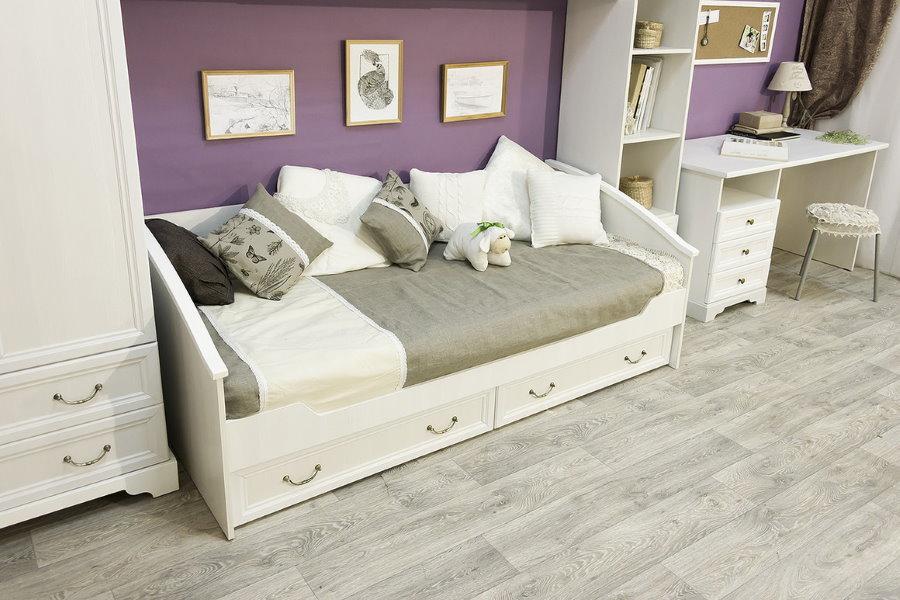 Белая кровать-диван в детской комнате