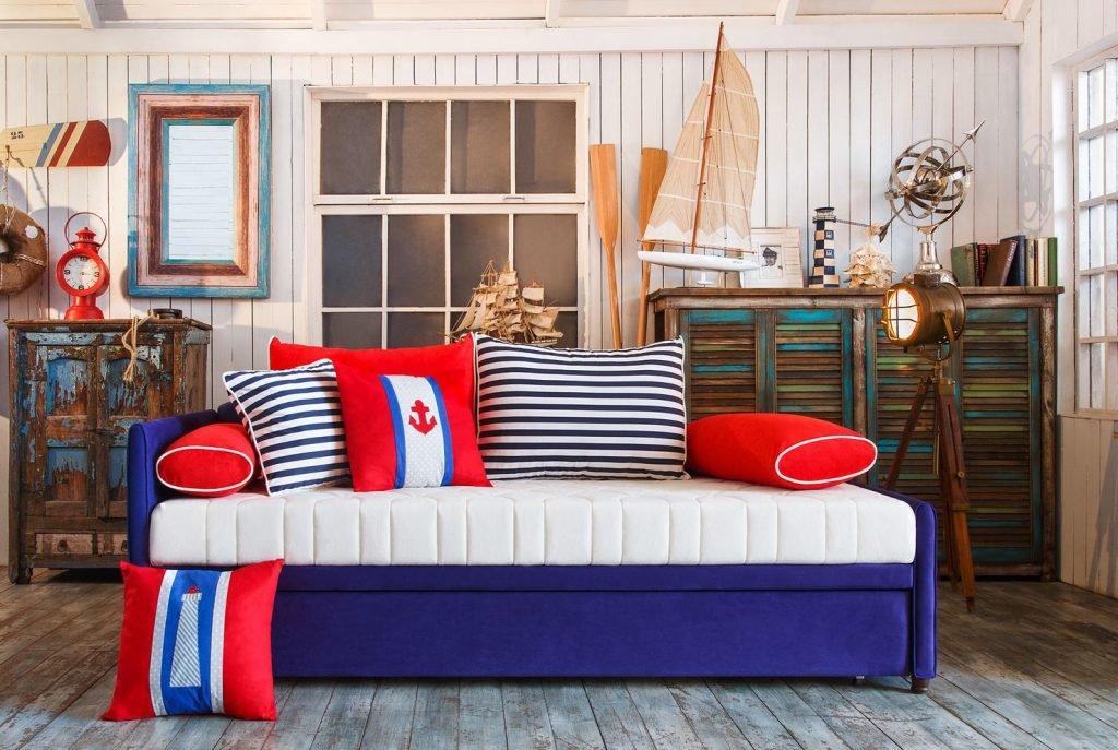 Диван-кровать в детской спальне морского стиля
