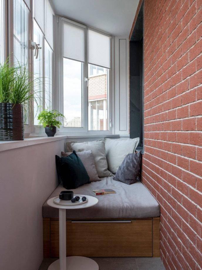 Застекленный балкон с диванчиком для отдыха