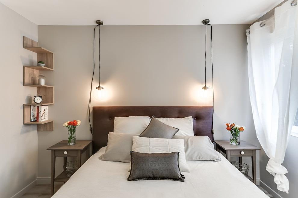 Коричневое изголовье кровати в светлой спальне