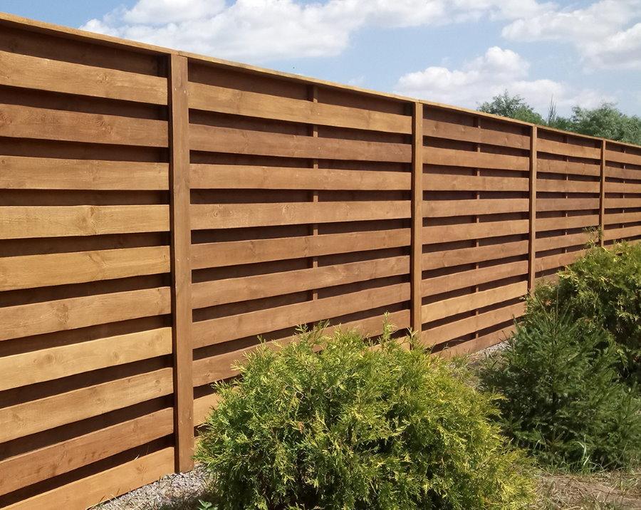Деревянный забор с горизонтально закрепленными досками