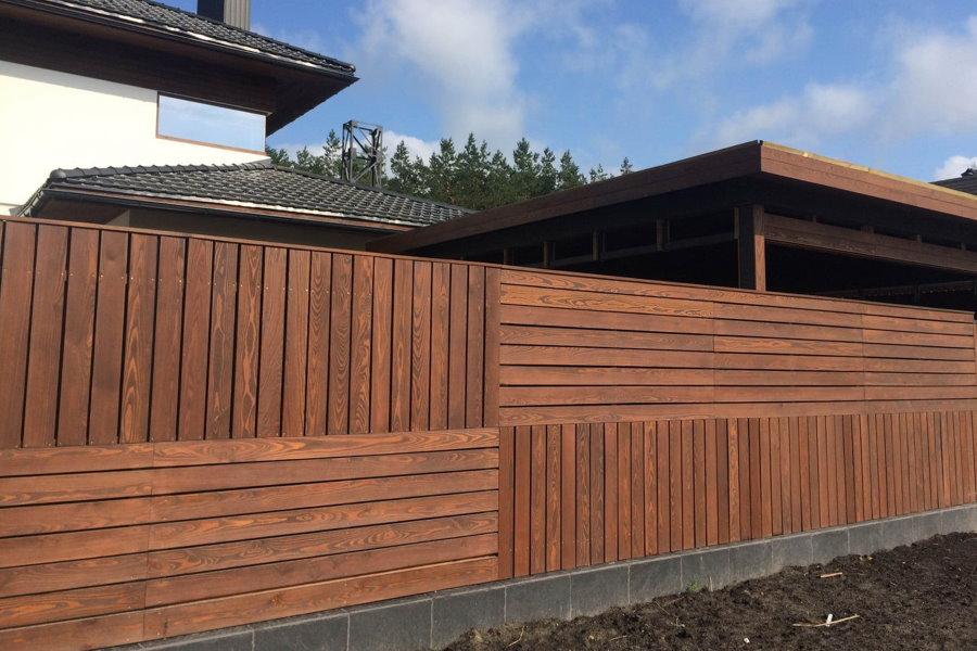 Деревянный забор с комбинированным расположением досок