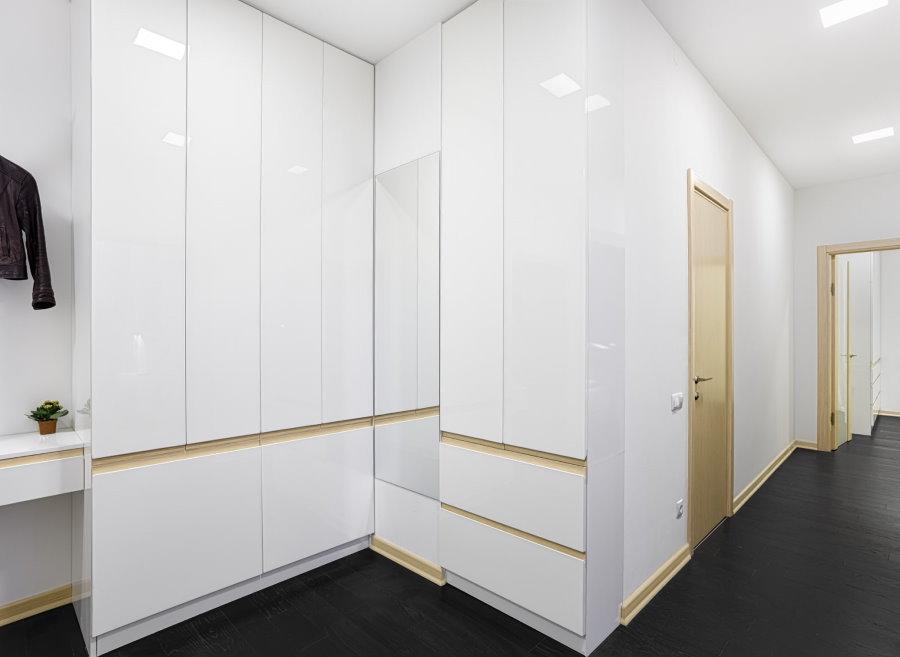 Белый встроенный шкаф в прихожей стиля хай-тек