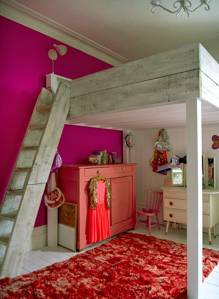 Двухэтажная мебель в комнате маленькой девочки