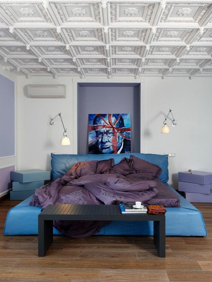 Синяя кровать-подиум в спальне эклектичного стиля