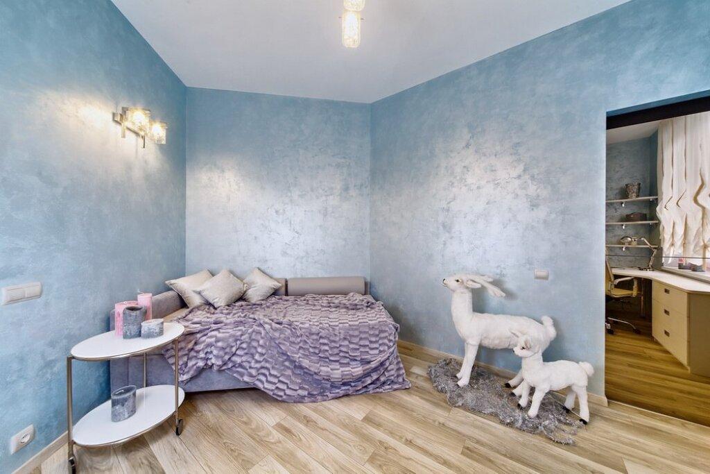 Окраска стен в голубой цвет с фактурным эффектом