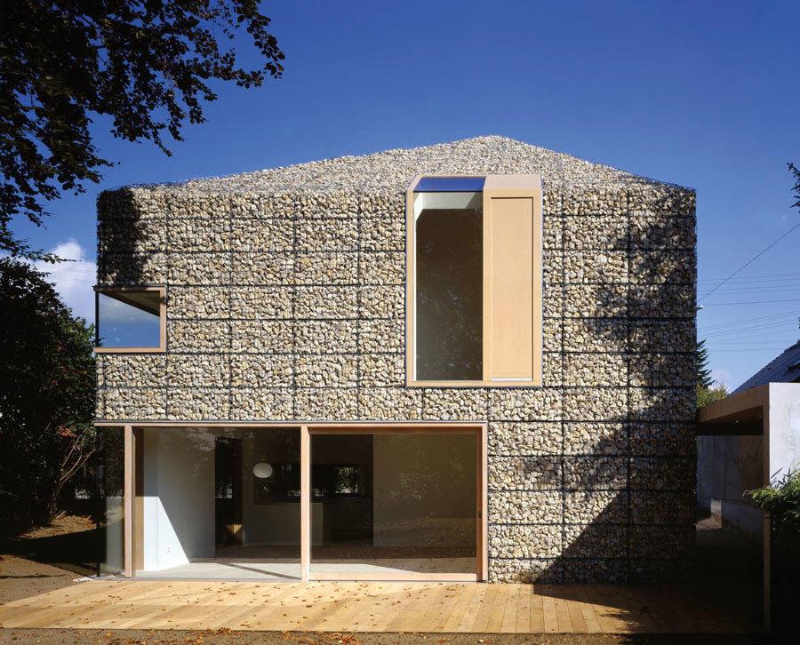 Загородный дом с фасадом из габионов