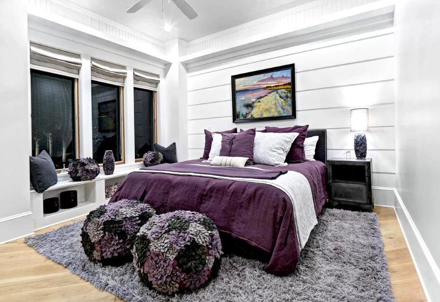 Серо-фиолетовые акценты в дизайне спальни