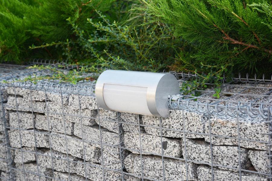 Садовый фонарик на подпорной стенке с сетчатым каркасом