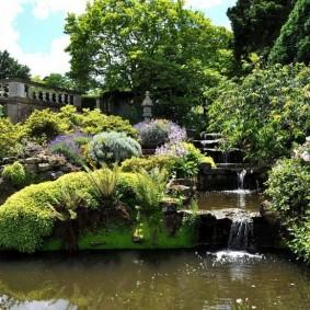 Искусственный водопад в саду английского стиля