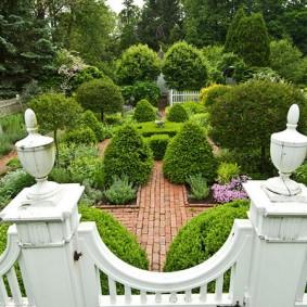 Вид на садовый участок в пейзажном стиле