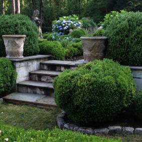 Каменные вазоны в декоре садового участка