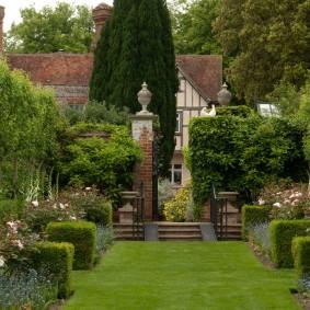 Фото участка сада в популярном английском стиле