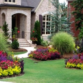 Цветочные клумбы перед загородным домом